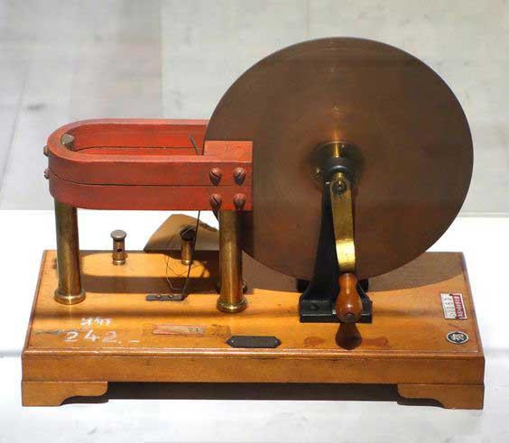 Disco de Faraday, Primer generador de electricidad
