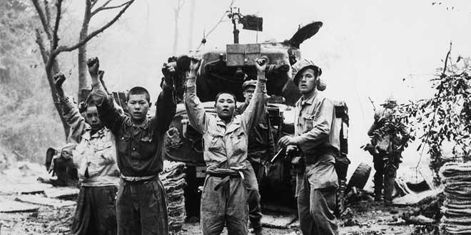 Guerra en Corea: Marinos de Estados Unidos capturando a coreanos del norte