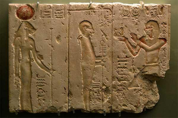 ptolomeo II Filadelfo presentando Maat a Ptah y Sekhmet